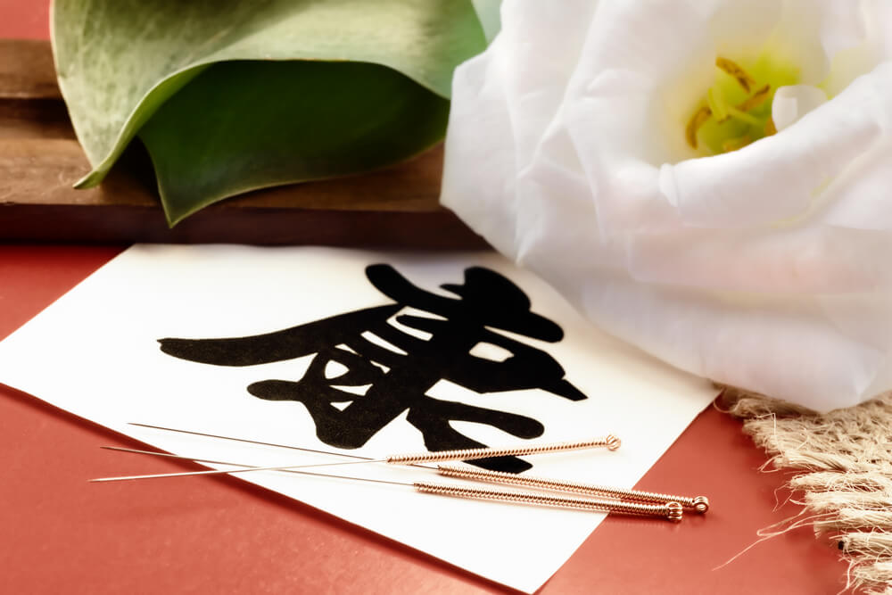 Acupuncture needles with flower and Chinese writing